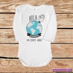 """Body para bebé fabricado en algodón 100%.  La apertura del cuello con solapas en los hombros, también conocido como """"cuello americano"""", está diseñado..."""