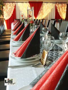 A csoki barna székek, döbbenetes módon idomultak hozzá a vörös és fekete dekorációhoz. Ebben az esetben felesleges lett volna a székek bármilyen dekorációja. Így lényegesen modernebb hatású olt az összkép, mint székszoknyával lett volna. Table Decorations, Chocolate, Desserts, Furniture, Food, Home Decor, Tailgate Desserts, Deserts, Decoration Home