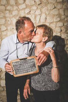 Couple s'embrasse Grenier Des Saveurs photobooth Message pour les mariés Couple S'embrassant, Photo Couple, Couple Photos, Decor Photobooth, Coin Photo, Photo Booth, Marie, Blog Chris, Couples