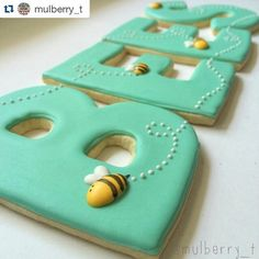 How adorable are these cookies by @mulberry_t? ・・・ #tbt to this set I made last year for a school auction that is inspiring the teacher appreciation luncheon cookies I'm working on today. If I could only use one color on cookies for the rest of my life, this blue-green would be it!!   #teacherappreciation #teacherappreciationweek #bees #teachercookies #beecookies #bluegreen #marthastewart #marthabakes #mysouthernliving #teachersofinstagram #bees #cookieart #wsbakeclub #teachers…