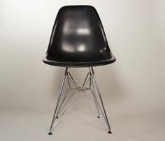 Silla Replica Eames Steel - Negro-La silla Eames DSW fue diseñada por Charles & Ray Eames en el año 1950 para el Museo de Arte Moderno de Nueva York y fue la primera silla de fabricación industrial en plástico.