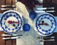 Autumn tabletop. Vintage cutlery, outdoor dinner. Blue and white, antique English porcelain plates. Heather placed in colander - DIY inspiration.