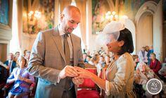 Echange des alliances - mariage à l'hôtel de ville de Neuilly sur Seine