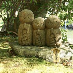 Jizo protect childs and travelers I hope they'll do a good job next weeks to hope a new trip in November .   Les Jizo protègent les enfants et les voyageurs j'espère donc qu'ils feront tout leur possible prochainement pour que je puisse aller au Japon en novembre .  #japan #japon #kamakura #kamakurajapan #hasedera #jizo #pray #travel #visitjapanfr #japanlover #japan_of_insta #japanphoto #japanfocus #japantrip #japangram #explorejapan #eos70d #japankudasai