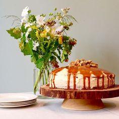 Les gourmands et les gourmandes seront comblés par ce délicieux gâteau aux saveurs automnales : pommes, noix et caramel à la fleur de sel, un de mes meilleurs gâteaux (paraît-il!). La recette est dans mon livre de recettes en vente dans toutes les bonnes librairies, chez Costco et sur Amazon, bonne journée! ENG So yummy, this apple, nut and caramel à la fleur de sel is one of my all-time favourites, I couldn't resist putting this recipe in my new cookbook (on sale in all Quebec's bookstores… Caramel, Saveur, Vanilla Cake, Pudding, Desserts, Food, Pasta With Chicken, Apple, Greedy People