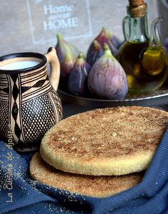Galette kabyle à l'huile d'olive et semoule fine My Recipes, Vegan Recipes, Cooking Recipes, Good Food, Yummy Food, Oriental Food, Recipe Boards, Middle Eastern Recipes, Going Vegan