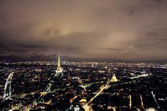 widok na Paryż nocą z okna hotelu
