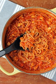 This One-Pot Turkey and Veggie Spaghetti is an easy, tasty, and healthy meal for the whole family! Just 353 calories or 8 Green, 7 Blue or 3 Purple WW SmartPoints for a big, satisfying 1 & cups serving! Turkey Spaghetti, Veggie Spaghetti, Turkey Pasta, Spaghetti Dinner, Ww Recipes, Italian Recipes, Dinner Recipes, Healthy Recipes, Soup Recipes