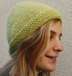 A simple and very hot bonnet that is a ball. Knitting Accessories, Women Accessories, Knitted Hats, Crochet Hats, Diy Crochet, Knitting Needles, Beret, Simple, Beanie