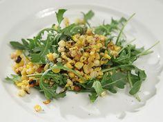 Nada melhor do que começar a semana se alimentando bem com essa salada de rúcula silvestre e milho assado. Chefs:  Alton Brown, Bobby Flay e Giada De Laurentiis