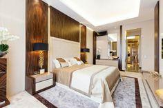 revêtement mural en bois chambre à coucher avec un lit king size