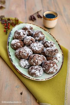 Reteta acestor fursecuri crapate de ciocolata – crinckles– este o reteta simpla si delicioasa din bucataria americana. Coaja crocanta, crapata, Cocoa, Candy, Cookies, Desserts, Crack Crackers, Tailgate Desserts, Deserts, Biscuits, Postres