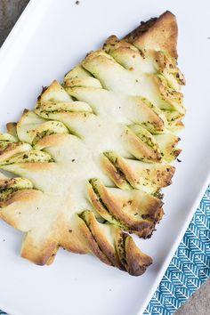 Ik ga jullie niet in verwarring brengen door nog meer opties voor het kerstdiner te geven. Vandaag deel ik iets lekkers voor erbij. Dit snelle pesto kerstbrood is lekker bij de kerstbrunch, de borrel of bij het voorgerecht. Op een hele eenvoudige manier kun je dit lekkere kerstbrood maken. Ik serveerde dit brood tijdens de... LEES MEER...