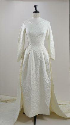 fa9df15466b2 Fantastisk Vintage 50-tals brudklänning i cremefärgad satin på Tradera.  1950 Talet