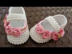YouTube Booties Crochet, Crochet Baby Shoes, Crochet Slippers, Baby Booties, Cute Baby Shoes, Baby Girl Shoes, Baby Kit, Shoe Pattern, Toddler Shoes