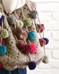 photo of a crochet bag in grey with pompoms Love Crochet, Beautiful Crochet, Knit Crochet, Crochet Handbags, Crochet Purses, Crochet Bags, Crochet Crafts, Crochet Projects, Purse Patterns