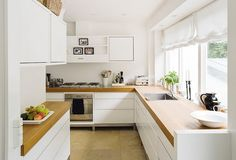 Scandinavian kitchen - love it except that it's off the floor (how do you clean under there?).