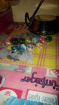 Colección de anillos con gemas decoradas o esmaltadas a mano.