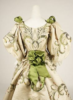 Ball gown House of Worth (French, Designer: Charles Frederick Worth (French (born England), Bourne Paris) Date: 1889 Culture: French Medium: silk. Historical Costume, Historical Clothing, Vintage Gowns, Vintage Outfits, Victorian Fashion, Vintage Fashion, 1950s Fashion, Gothic Fashion, House Of Worth