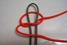 1° passo dobre uma corda no meio de 60 cm ficando 30 para cada lado desse jeito, dando um nó no final    Depois com uma outra corda de 1...