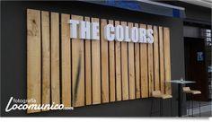 """Rótulo de """"The Colors"""" en Vitoria-Gasteiz. Letras corpóreas sobre listones de madera."""