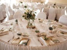 6 astuces déco pour vos tables de mariage rondes Coral, Wedding Designs, Table Settings, Wedding Day, Pins, Bleach, Math, Shirts, Centerpieces