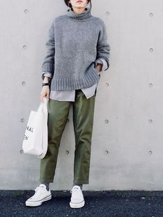 Green pants and gray sweater with white converse! Pantalones Cropped 7c1fcbcb9ceb