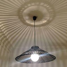 Suspension de forme conique en bambou de coloris brun foncé. Cette suspension diffusera une lumière douce et chaleureuse. Ampoule : 1 X maxi 100W E27 (non founie)....