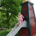 Deze ruim opgezette buitenspeeltuin in Oss is erg leuk voor kinderen van 1 tot 12 jaar. Kinderen kunnen met veel fantasie spelen in de leuke kasteeltjes, de piratenboot en zich uitleven met zand en water. Er is veel schaduw, er zijn voldoende picknicktafels enje kunt hier ook drankjes en ijsjes kopen.   Naast de speeltuin ligt ook een mooie kinderboerderij. Leuk om te combineren!