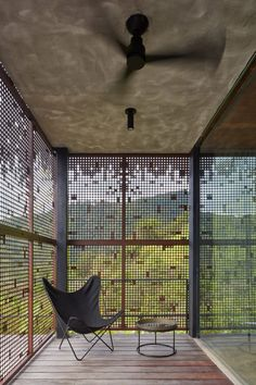 Green roof and charred wood blend Atelier Villa into Costa Rican jungle Costa Rica, Timber Cladding, Exterior Cladding, Round Light Bulbs, Villas, Concrete Cover, Charred Wood, Ipe Wood, Sliding Room Dividers
