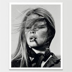 Foto zwart-wit Brigitte Bardot sigaret 1971 in lijst met houtnerf x Bridget Bardot, Brigitte Bardot, Celebrity Portraits, Celebrity Photos, Photo Bb, Face Photo, Terry O Neill, Photocollage, French Actress