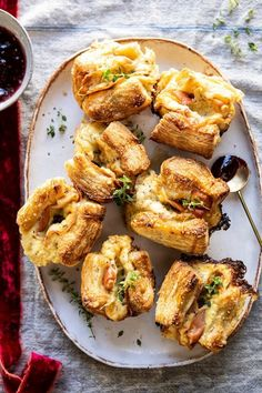 easter dinner recipes: Easy Cheese and Prosciutto Croissants ahead easter dinner Mouthwatering Easter Dinner Ideas That Will Wow Your Guests Brunch Recipes, Appetizer Recipes, Breakfast Recipes, Breakfast Appetizers, Easter Appetizers, Easter Dinner Recipes, Party Appetizers, Healthy Appetizers, Prosciutto