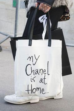 Белая сумка тоут с надписями