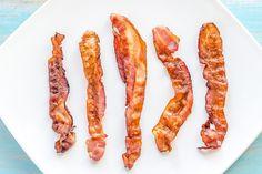 Bacon stekes aller best i ovn, ifølge ekspertene. Slik steker du det ultimate, sprøstekte baconet trinn for trinn.