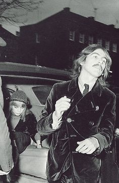 Beatle George Harrison snapped by a fan as he exits his limo. (Vintage Everyday: These 60 Awesome Candid Snapshots of The Beatles Taken by Their Fans During the You Might Have Never Seen Before) George Harrison, Les Beatles, John Lennon Beatles, George Beatles, Beatles Funny, Great Bands, Cool Bands, Bug Boy, Los Rolling Stones