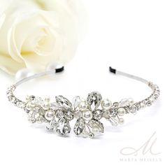 Különleges szép, elegáns menyasszonyi hajpánt, kristályokkal és gyöngyökkel díszítve. Nikkelmentes fémből készült, ezüst bevonattal, nem okoz allergiát.