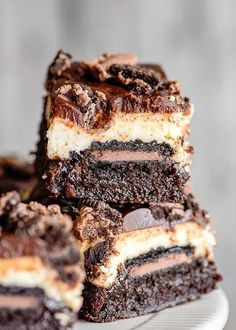 Oreo Cheesecake Brownie Bars - This Oreo Cheesecake Brownie Bars Recipe is the ultimate chocolate lovers dessert. These bars have a brownie bottom, chocolate-filled Oreos, a creamy vanilla cheesecake, and topped with a silky chocolate ganache all in one sliceable dessert. They're the perfect decadent cheesecake bar recipe to serve up! #cookiedoughandovenmitt #desserts #brownies Cheesecake Brownie Bars, Peppermint Cheesecake, Chocolate Filling, Chocolate Ganache, Chocolate Lovers, Homemade Brownies, Best Brownies, Brownie Recipes, Sweet Treats