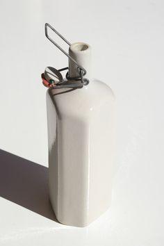 keraaminen korkillinen pullo, korkeus 27cm