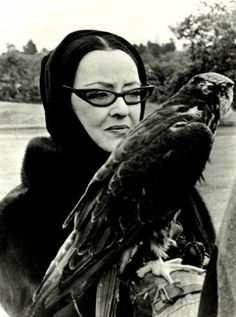 oh, it's just bette davis holding some kind of raptor. (Better watch out for Bette Davis' eyes. Vintage Hollywood, Hollywood Glamour, Hollywood Stars, Classic Hollywood, Hollywood Lights, Hollywood Girls, Hollywood Actresses, Humphrey Bogart, Joan Crawford