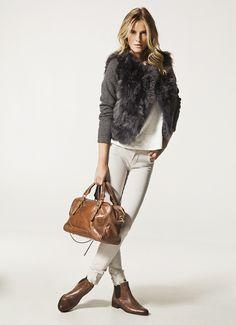 casaco e colete de pele falsa em cinza, calça e t brancas, botinas e bolsa marron via: www.trendandthecity.it/wp-content/uploads/2012/07/2_461.jpg