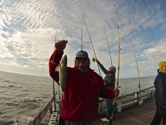 Pescador exhibe pesca con caña en el Muelle de La Lucila del Mar.