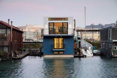 Amazing Floating Home with Unique Home Furniture: Exciting Beach Style Exterior San Francisco Floating House San Francisco, Home Channel, Houseboat Living, Houseboat Ideas, Floating House, Waterfront Property, Loft Style, Rustic Design, House Design
