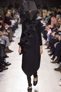Junya Watanabe Fall 2016 Ready-to-Wear Fashion Show the Headpiece is impractical but if you think about what moslimas are supposed to wear on the streets. fashion ready to wear Junya Watanabe Fall 2016 Ready-to-Wear Fashion Show Fall Fashion 2016, Autumn Fashion, Fashion News, Fashion Show, Runway Fashion, Bunka Fashion College, Scandinavian Fashion, Origami Fashion, Junya Watanabe
