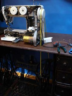 If the power was ever out for a LONG extended time.How to convert a modern sewing machine to a treadle machine. Homestead Survival, Camping Survival, Emergency Preparedness, Survival Tips, Survival Skills, Modern Sewing Machines, Treadle Sewing Machines, Antique Sewing Machines, Sewing Machine Repair
