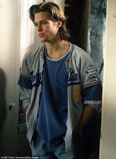 Brad the jock?: He can be seen clad in sports jerseys for the would-be show, whi… Brad the jock?: He can be seen clad in sports jerseys for the would-be show, which was a c… Junger Brad Pitt, Beautiful Boys, Pretty Boys, Brat Pitt, Celebrity Crush, Celebrity Style, Celebrity Moms, Angelina Jolie 90s, Jolie Pitt