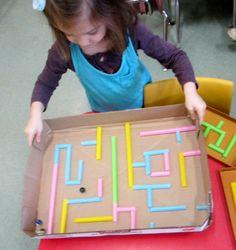 Groot spel gemaakt met een deksel van een doos en rietjes