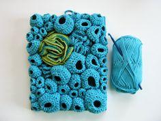 Eine Faser Kunst weiche Skulptur Handarbeit mit Freiform häkeln Techniken und eine weiche blaue Garn. Fertig zum Aufhängen an der Wand in einer Gruppierung oder eigenständig.  Ich liebe diese Art von weichen Skulpturen machen, weil ich von organischen, sich wiederholenden Formen in der Natur gefunden inspiriert bin... Seepocken, Koralle, Pilz, Cluster von Samenkapseln. Dieses Stück ist Teil einer Serie, basierend auf natürlichen Formen. Mit traditionellen Häkeltechniken, um moderne…