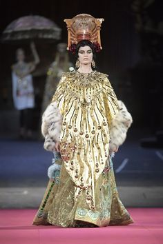 One couture confection was more elaborate than the next at the Alta Moda collection Dolce & Gabbana held at Milan's La Scala opera house. Dolce & Gabbana, Vogue Paris, Couture Fashion, Fashion Show, Fashion 2020, Fashion Art, Red Frock, Backstage, Couture Collection