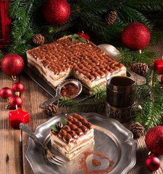 It's a popular coffee-flavoured Italian dessert Italian Tiramisu, Italian Desserts, Christmas Brunch, Christmas Coffee, Christmas Mood, Chocolates, Great British Food, Luxury Food, Food To Go