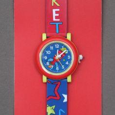 Montre enfant fusée Crocodile Creek sans phtalates.  Une première montre gaie, colorée et illustrée d'une jolie fusée pour apprendre à lire l'heure comme les grands et arriver à l'heure à l'école ! Les parents apprécieront... Bracelet garanti sans phtalates. Motifs : fusée. Diamètre du cadran : 29 mm. Boitier en acier inoxydable. Pile fournie.